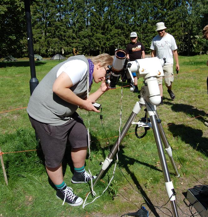 Kassiopeian jäsen Tommi Kumlin tiirailee Aurinkoa Cygnus 2013-tapahtumassa. Kuva: Harri Haukka.