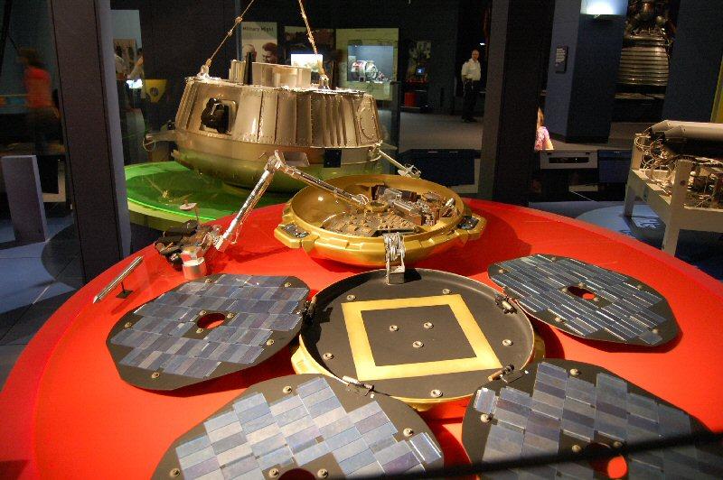 Beagle-2 (etualalla) malli Lontoon tiedemuseossa. Kuva: Harri Haukka.